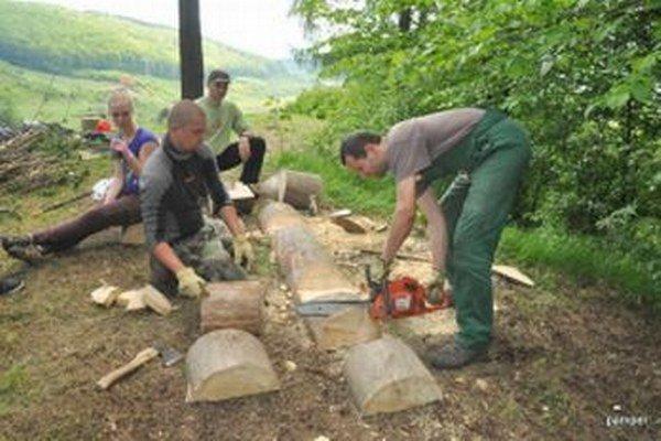 Zruční mládenci vyrobili na Skale drevené lavičky.