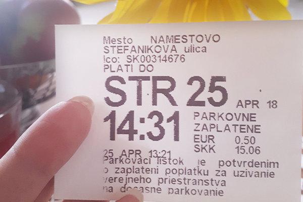 Parkovací lístok z Námestova z augusta s aprílovým dátumom.