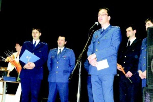 Hlavné postavy ceremónie. Koštianski hasiči dostali cenu obce, starostu i ďakovné listy. Veliteľ Roman Michalko (vpredu) dostal cenu aj osobne.