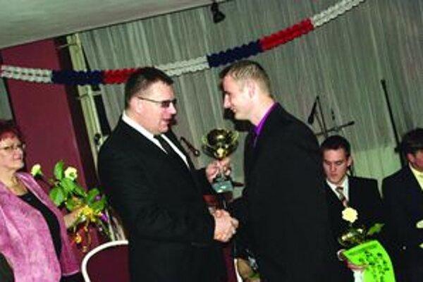 Mariánovi Rapanovi z Dražkoviec gratuloval aj prezident Slovenského futbalového zväzu Ján Kováčik.
