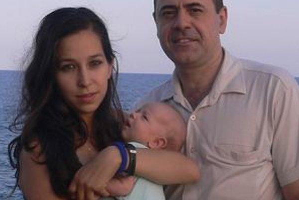 Šťastná rodinkaZuzana od priateľa José odišla po vážnych partnerských nezhodách. Vzala i dieťa, čo však medzinárodný dohovor považuje za únos.