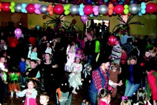 Farebná výzdoba. V sále bolo takmer tri tisíc balónov.