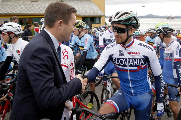 Peter Sagan si pred štartom pretekov elite na MS 2018 v nórskom Bergene podáva ruku s prezidentom Medzinárodnej cyklistickej únie Davidom Lappartientom. Sagan vybojoval pre Slovensko šesť miesteniek, siedmu získal on ako aktuálny majster sveta.