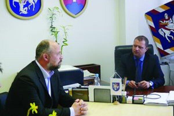Bolo o čom rozrávať. Jaroslav Holeša (vľavo) na rokovaní s primátorom Martina Andrejom Hrnčiarom.