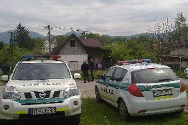 Polícia stála pre domom, v ktorom k nešťastiu došlo, celý deň. K prípadu sa vyjadruje veľmi stručne, stále prebieha vyšetrovanie.