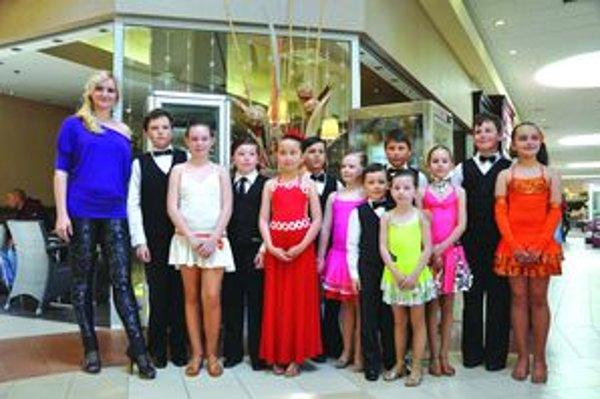 Deti v Tulipe. Michaela Pisaríková s detskými tanečnými pármi z PegaFun.