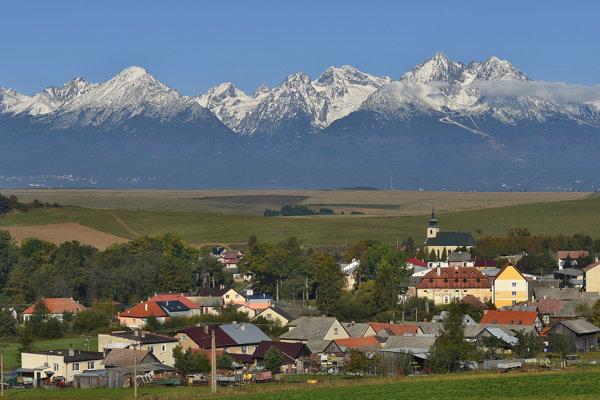 Na snímke panoráma zasnežených centrálnych Tatier od obce Vlková, okres Kežmarok