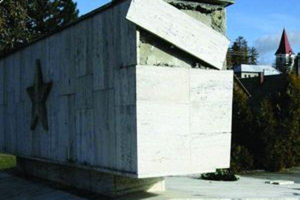 Tabule z valčianskeho pamätníka padali jedna po druhej, pred oslavami ho však kompletne opravili.