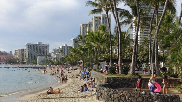 Pláž Waikīkī v neskoré zimné popoludnie.