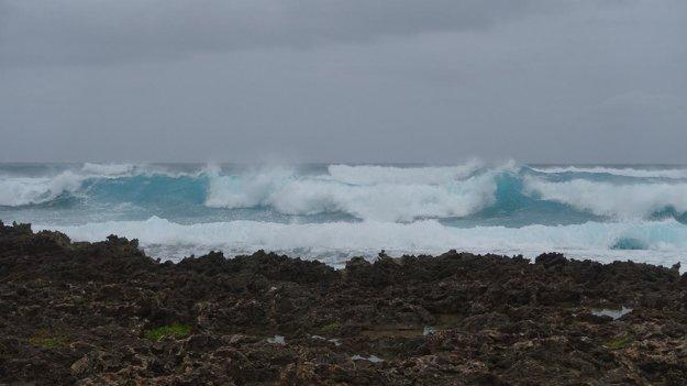 Vlny v severnej časti ostrova pri Turtle bay. Ako napodiv sa nik nekúpe.