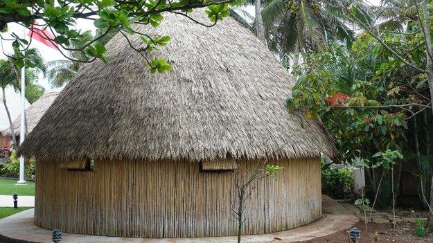 Obydlie pôvodných Polynézanov. Rekonštrukcia v Polynézskom kultúrnom centre.