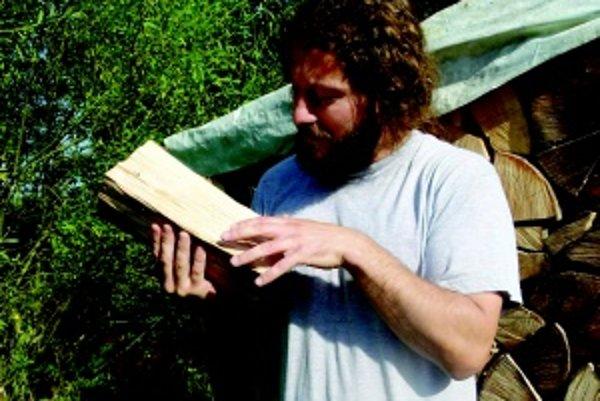 Ján Barát. Aj pri rúbaní dreva ho dokáže kopnúť múza. Keď v ňom vidí obrysy, ihneď berie do ruky dláto.