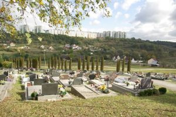 Nový cintorín v Považskej Bystrici bol aj tento rok miestom, kde sa realizovali zlodeji.