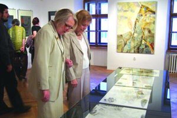 Návštevníci galérie nad tvorbou Alžbety Štefunkovej-Szabó.
