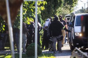 Policajti odvádzajú podozrivého Tomáša Sz.