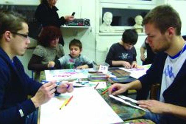 Spoločne pri maľovaní. Začleňovanie autistických detí do spoločnosti podporili aj martinskí hokejisti. Na snímke zľava Jaroslav Markovič, vpravo Peter Galamboš.