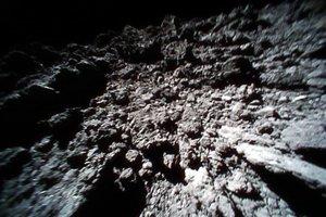 Záber z povrchu z Roveru-1B.
