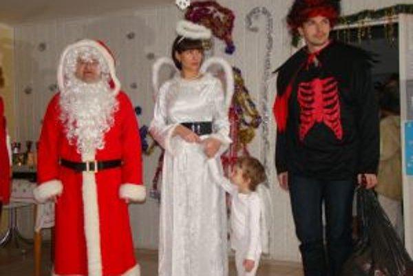 Na návšteve v domove. Minister si doniesol na pomoc aj anjela – Luciu Nicholsonovú a čerta - Milana Kozického.