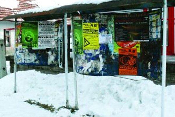 Plocha pre kampaňV Turanoch je takýchto vývesných tabúl dvadsať, no strany vraj zvyknú polepiť v dedine aj miesta na to neurčené.