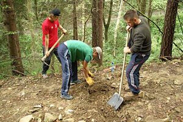 Študenti vykopali odvodňovacie rigoly na prístupovej ceste k hradu.