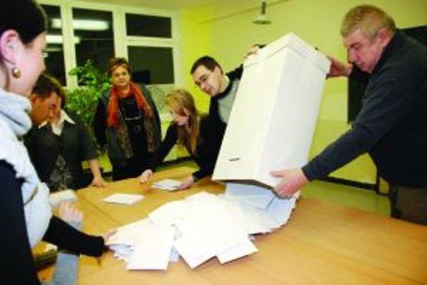 Z obálok členovia okrskových komisií najčastejšie vyberali lístok so Smerom.