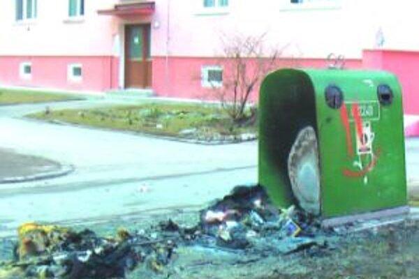 Zhoreli do tlaPo kontajneroch toho na Ulici J. G. Tajovského veľa nezostalo.
