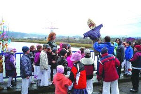 Deti vyniesli Morenu a privítali jar.