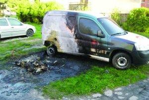 Od horiaceho kontajnera sa chytilo auto, škoda na ňom je za 2 500 eur.