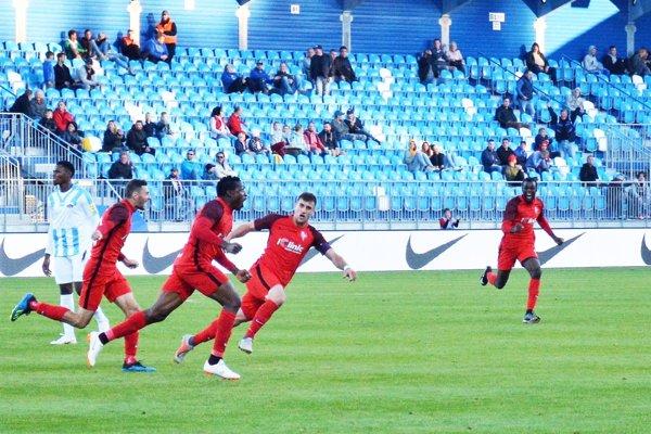 Bankole Adekuoroye strelil obidva góly Serede a nováčik získal tri body.