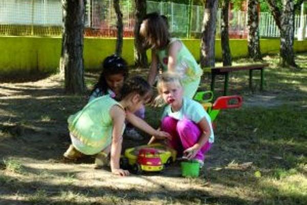 Deti počas prázdnim trávia väčšinu času vonku.