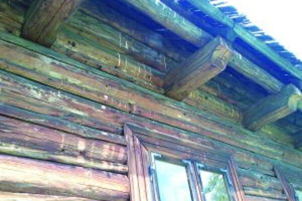 Drevená strecha si vyžaduje opravu už niekoľko rokov.