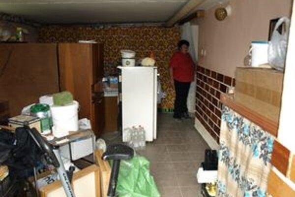 Adamovci majú po záplave stále prevrátený dom. Sušia všetko na kope. Najväčším problémom budú elektrospotrebiče.