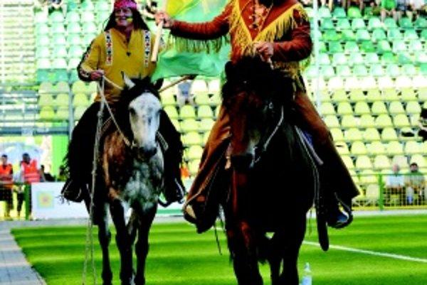 Ako Šošoni sa fanúšikom futbalu predstavili Miroslsav Kľučiarovský (zľava) a Daniel Filo.