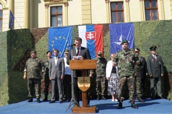 Jaroslav Baška sa vojakom prihovoril z tribúny umiestnenej pred Slovenským komorným divadlom.