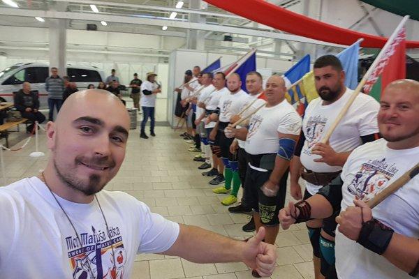 Účastníci súťaže s organizátorom podujatia Pavlom Gugom.