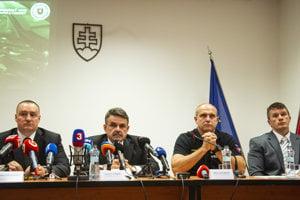 Zľava námestník generálneho prokurátora SR Peter Šufliarsky, generálny prokurátor Jaromír Čižnár, prezident Policajného zboru SR Milan Lučanský a riaditeľ národnej protizločineckej jednotky NAKA Branislav Zurian.