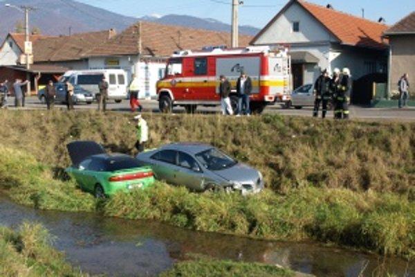 Nepozorný vodič zhodil stojace auto do potoka, napokon tam skončili obaja.