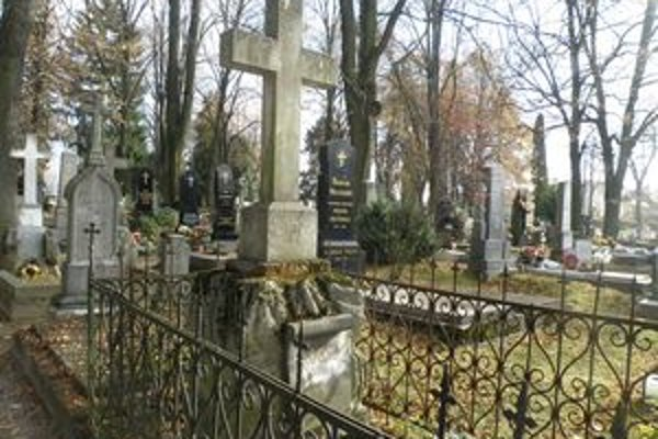 Viaceré náhrobníky na Národnom cintoríne v Martine budú musieť na  opravu ešte počkať.