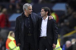Jose Mourinho (vľavo) a tréner Valencie Marcelino.