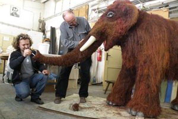 Klaudínyovci pred pár rokmi vytvorili pre SNM v Bratislave dospelého mamuta Žofku a tentoraz mamutíka Bystríka, ktorý pocestuje do Liptovského Mikuláša.