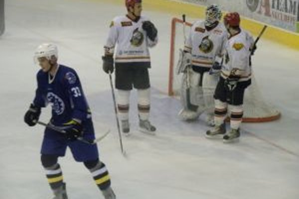 Senica (v bielom) zdolala v prvom zápase domáci Púchov 3:1 a stala sa víťazom turnaja.