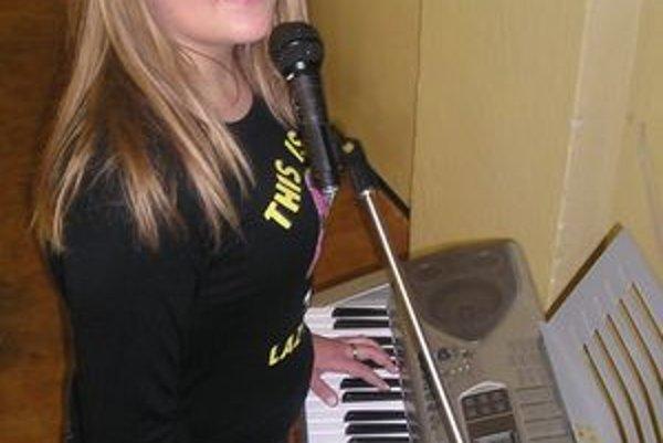 Zuzana Ťapajová - mladú hudobníčku z Vitanovej podporujú v jej záľubách rodičia i učiteľky.