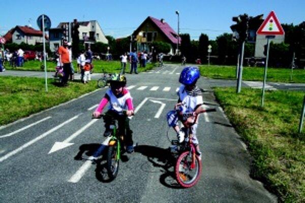 Bicyklovali sa bezpečne. Deti sa na podujatí vyšantili a pritom sa naučili aj dopravné značky.