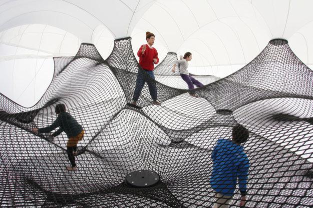 Abstraktný svet z pružnej pavučiny bude v Kulturparku.