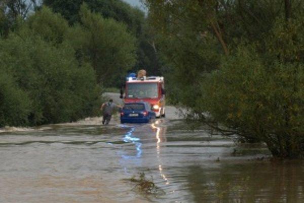 V Ivančinej zasahovali hasiči pri aute, ktoré uviazlo v prúde novovytvorenej rieky.