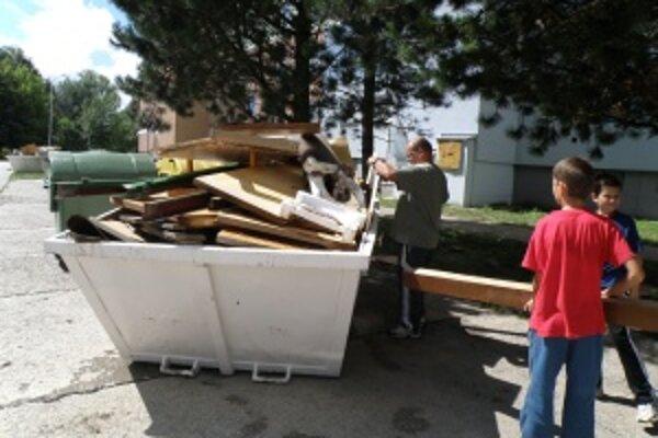 Zbavovali sa i zničeného nábytku. Pristavené kontajnery ľudia po záplavách rýchlo naplnili. Vyhadzovali nábytok, koberce aj elektrospotrebiče.
