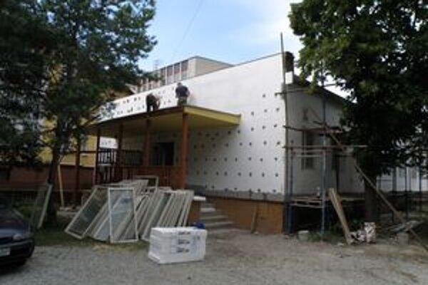 Počas výmeny strechy na školskej jedálni ZŠ Mudroňova presiakla voda. Riaditeľ školy Jozef Krížo tvrdí, že žiaci ju budú môcť aj napriek tomu využívať.