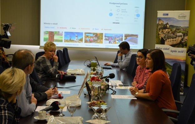 Aplikáciu predstavilažilinská županka Erika Jurinová spolu s výkonnouriaditeľkouKOCR Žilinský turistický kraj IvetouChabadovouavývojárom aplikácie Radovanom Šmitalom.