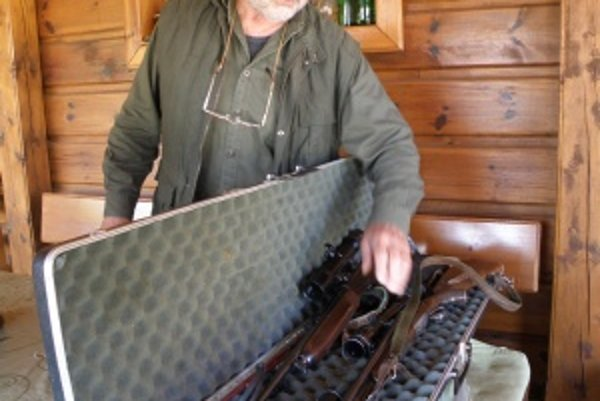 Karl Schwoiser. Motorkári mu vytrhli z ruky nabitú guľovnicu a obúchali ju o zem. Poškodili mu i brokovnicu.