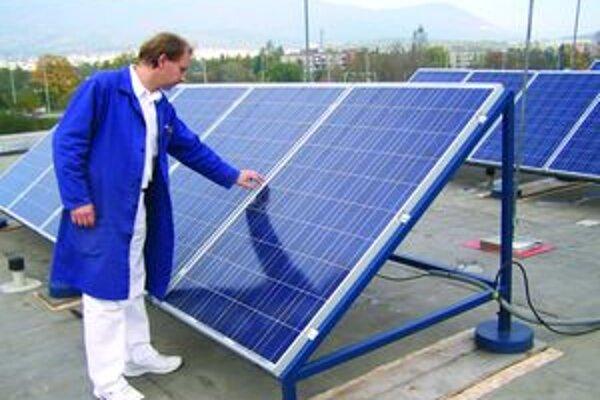Peter Šimo - hlavný koordinátor na streche školy, na ktorej sa pred niekoľkými dňami objavilo pätnásť panelov.